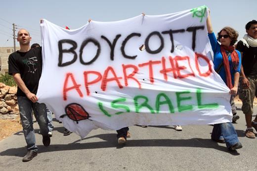 Ronnie Barkan (à gauche) participe à une action de protestation contre le mur d'Israël en Cisjordanie.  (Anne Paq / ActiveStills)