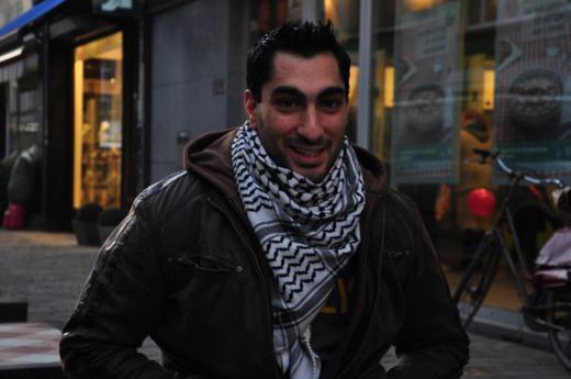 Remi Kanazi dans les rues de Berchem. © Esma Alouet