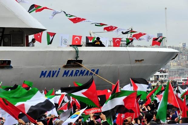 Le 26 décembre 2010, le navire turc Mavi Marmara arrive dans le port de Sarayburno, à Istanbul, alors que des gens agitent des drapeaux turcs et palestiniens. (Photo : AFP)